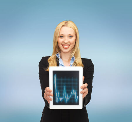 Wirtschaft, Geld und Technologiekonzept - lächelnde Geschäftsfrau mit Tablet PC und Forex-Chart in ihm