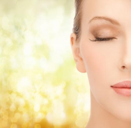 건강, 스파 및 미용 개념 - 가까운 아름다운 젊은 여성의 얼굴 닫습니다
