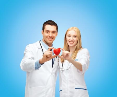 electrocardiograma: cuidado de la salud y el concepto médico - dos jóvenes médicos cardiólogos con el corazón Foto de archivo