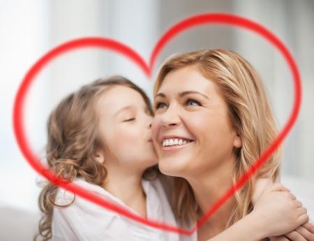 familie, kinderen en liefde concept - knuffelen moeder en dochter Stockfoto
