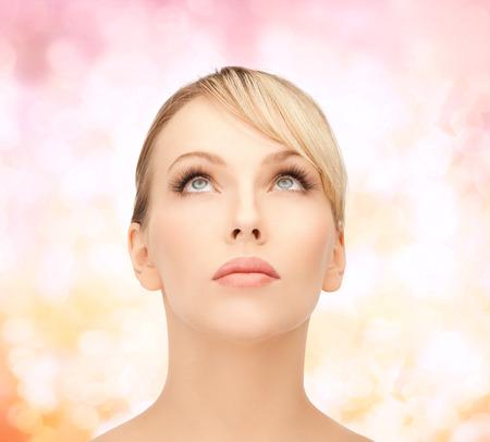 blonde yeux bleus: Concept de santé, de spa et de beauté - visage d'une belle femme aux cheveux blonds en train de chercher