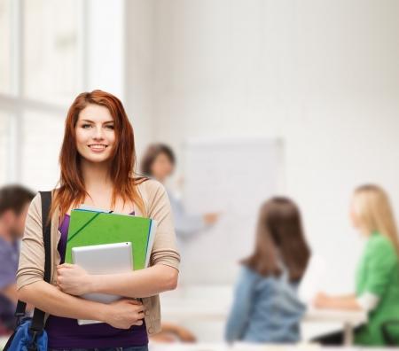 giáo dục: Giáo dục, công nghệ và con người khái niệm - mỉm cười sinh viên với túi, thư mục và máy tính bảng máy tính đứng