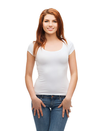 De t-shirt design concept - lachende tiener in lege witte t-shirt en jeans Stockfoto
