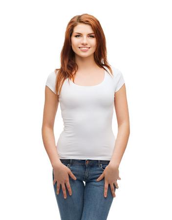 t シャツ デザイン コンセプト - 空白の白い t シャツとジーンズでティーンエイ ジャーを笑顔 写真素材