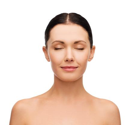 건강, 스파 및 미용 개념 - 닫힌 된 눈을 가진 아름다운 젊은 여성의 깨끗한 얼굴