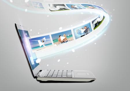 기술, 인터넷 및 비디오 개념 - 화면에 비디오와 노트북 컴퓨터