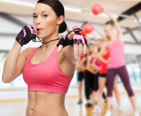 Fitness, sport, formazione, palestra e concetto di lifestyle - bella donna sportiva con il fischio in palestra Archivio Fotografico - 25546062