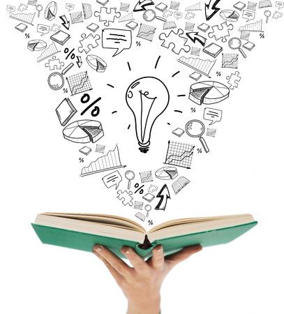 onderwijs en boek concept - close-up van de vrouw de hand houden van open groene boek