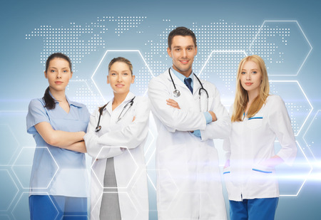 ヘルスケア: 薬と健康管理コンセプト - 若いチームまたはグループの医師