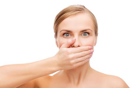 la salud y el concepto de belleza - limpia la cara de la hermosa mujer joven tapándose la boca con la mano
