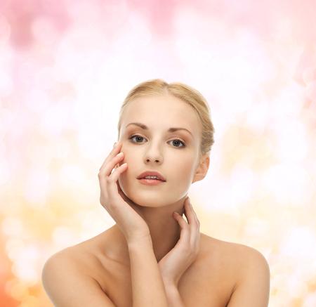 piel rostro: retrato de una mujer hermosa que toca su piel de la cara