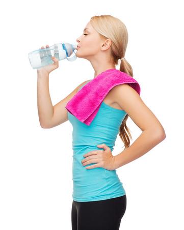 le sport, exercice et de la santé - femme sportive avec une serviette rose et bouteille d'eau