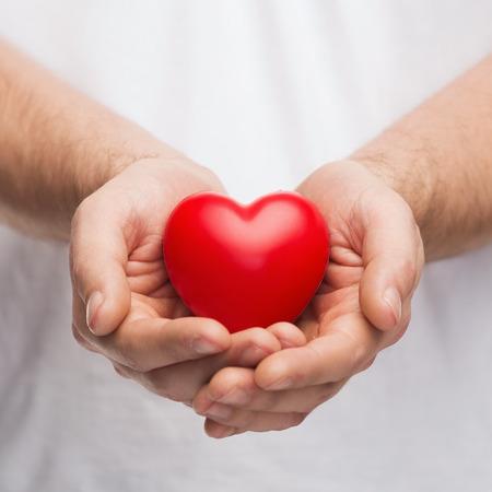 사람, 관계, 사랑 개념 - 가까운 망까지 붉은 마음을 보여주는 손을 컵 모양 스톡 콘텐츠