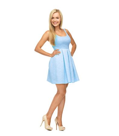Schönheit, Mode und glückliche Menschen Konzept - junge Frau im gelben Kleid und High Heels Standard-Bild - 25627236