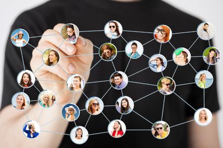 réseautage: communication et le réseautage notion - gros plan de l'homme dessin réseau social sur scneen virtuelle