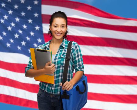 educazione, tecnologia e persone concetto - donna sorridente Allievo dell'afroamericano con le cartelle, borsa e tablet pc