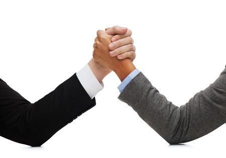 ビジネスと戦うコンセプト - ビジネスマンや実業家テーブルにレスリング
