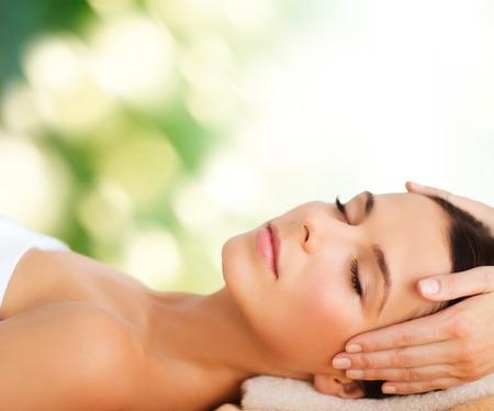Spa, Resort, Schönheit und Gesundheit Konzept - schöne Frau in Spa-Salon, die Gesichtsbehandlung Standard-Bild