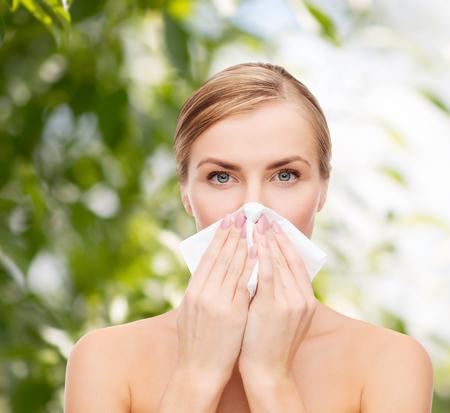 alergenos: bella mujer con un pa�uelo de papel - los cosm�ticos, la salud y el concepto de belleza