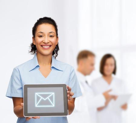 Gezondheidszorg, connectie, medicijnen en technologie concept - lachende afrikaans-Amerikaanse vrouwelijke arts of verpleegster met tablet pc computer