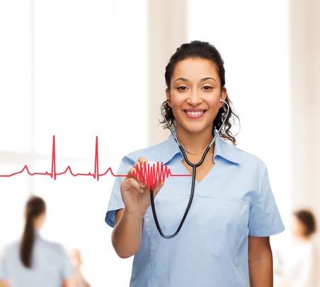 의료 및 의학 개념 - 웃는 여성 아프리카 계 미국인 의사 또는 간호사와 청진 기 웃