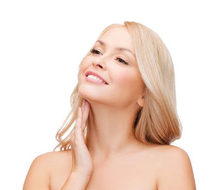 collo: salute e concetto di bellezza - volto della bella donna di toccare il suo collo Archivio Fotografico