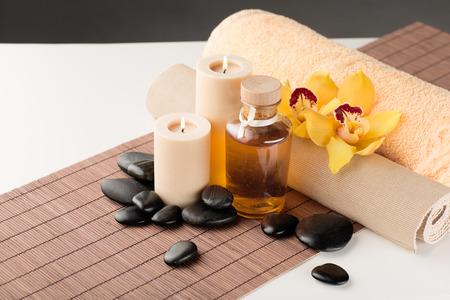 luz de velas: spa, la salud y el concepto de belleza - de cerca de aceites esenciales, masaje de piedras, velas y flores de orquídeas