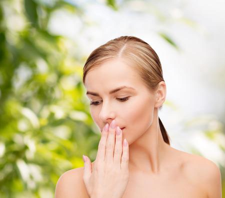 건강과 아름다움 개념 - 손으로 그녀의 입을 덮고 아름 다운 젊은 여자의 깨끗한 얼굴 스톡 콘텐츠