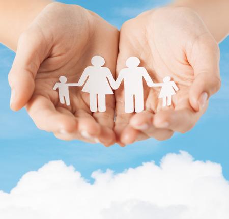 familie en relaties concept - close-up van vrouwelijke holle handen waaruit blijkt papier man familie