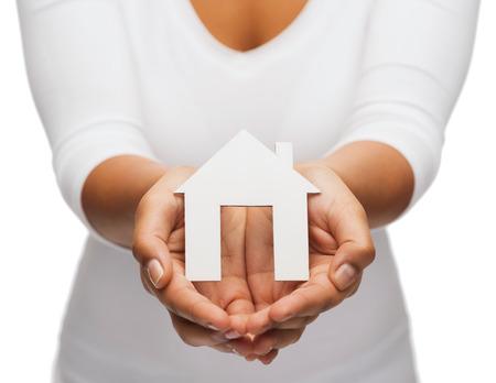 不動産の概念 - の女性両手紙の家のクローズ アップ