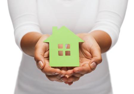ahorro energia: bienes raíces y el concepto de eco - imagen de portarretrato de manos de la mujer que sostienen la casa verde