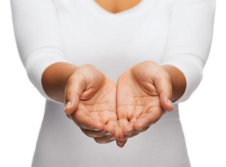 사람과 광고의 개념 - 가까운 여자의 업이 무엇인가를 보여주는 손을 컵 모양 스톡 콘텐츠