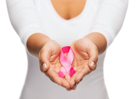 cancer de mama: salud y la medicina concepto - womans manos la celebración de cinta de la conciencia del cáncer de pecho