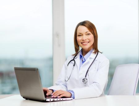 医学・医療のコンセプト - ラップトップ コンピューターで忙しい医師