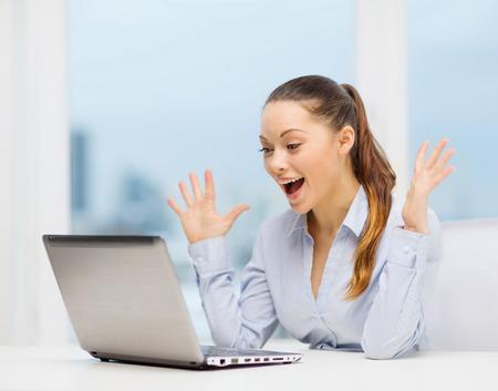 ビジネスおよびオフィス コンセプト - 彼女のラップトップ コンピューターを使用して驚いた実業家