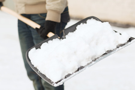 겨울과 청소 개념 - 차도에서 남자 삽질 눈의 근접 촬영