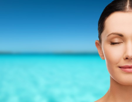 健康、ウェルネス、ビューティ コンセプト - 目を閉じて美しい若い女性のきれいな顔