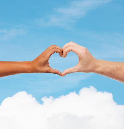 Amor y las relaciones concepto - detalle de mujer y hombre manos mostrando la forma del corazón Foto de archivo - 26176043
