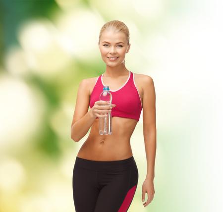 fitness and health: fitness, salute e dieta concetto - donna sportiva con la bottiglia di acqua Archivio Fotografico