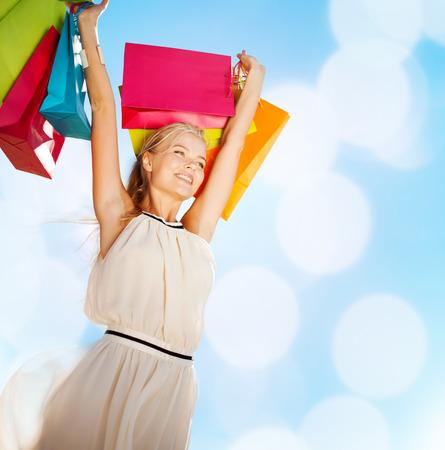 ショッピングや観光のコンセプト - ショッピング バッグを持つ女性