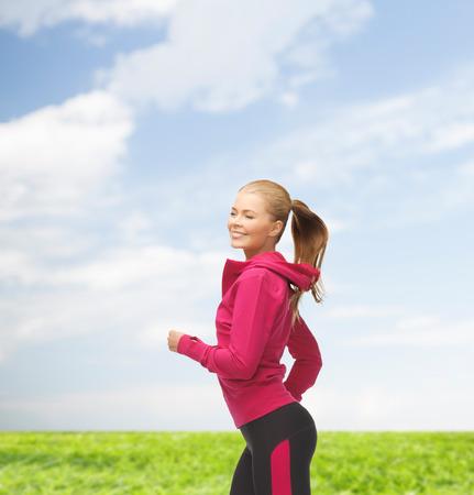 fitness and health: fitness, salute e dieta concetto - bella donna in esecuzione o saltare sportivo