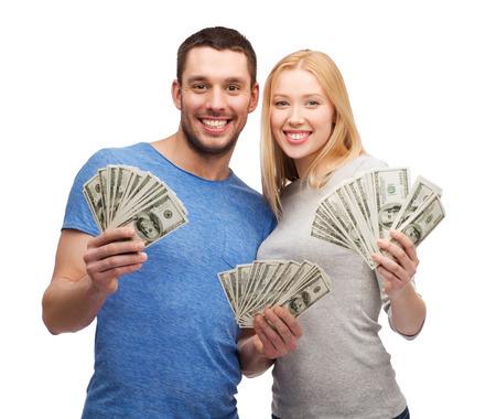 cash money: sonriente pareja sosteniendo d�lar dinero efectivo