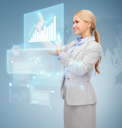 sourire d'affaires travaillant avec un écran virtuel