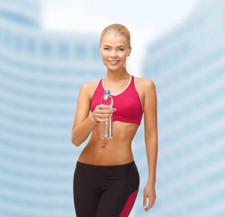 fitness and health: fitness, salute e concetto di dieta - donna sportiva con la bottiglia di acqua Archivio Fotografico