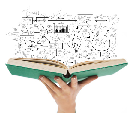 la educación y el concepto de libro - Close up de mano femenina sosteniendo el libro abierto verde con gran plan de