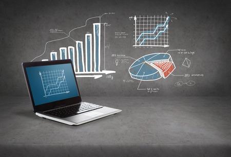 기술 및 광고 개념 - 화면에 그래프와 함께 노트북 컴퓨터