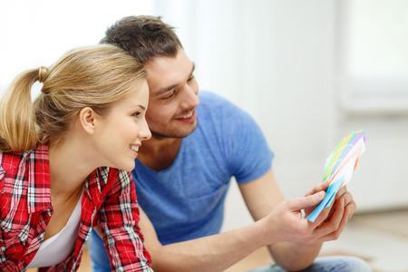 色を見て笑顔のカップル サンプル自宅の修理、インテリア デザイン、建築、改修、ホーム コンセプト-