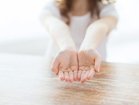 제스처, 신체 부위와 자식 개념 - 가까운 어린 소녀들로 빈 커피 잔 모양의 손을 게재