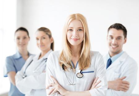 estudiantes medicina: doctora atractivo en el frente del grupo médico