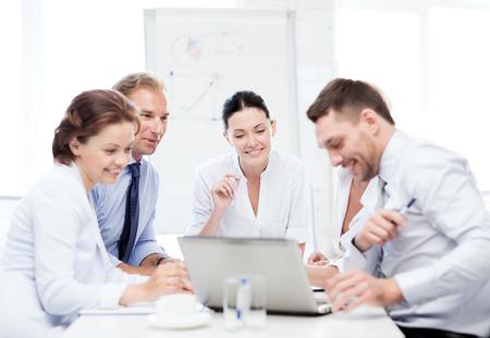 사무실에서 회의 데 친화적 인 비즈니스 팀